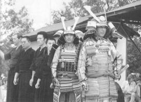 Fig. 3. Maître Otake en armure (à droite) et Jan Kallenbach chargé de tenir le drapeau.