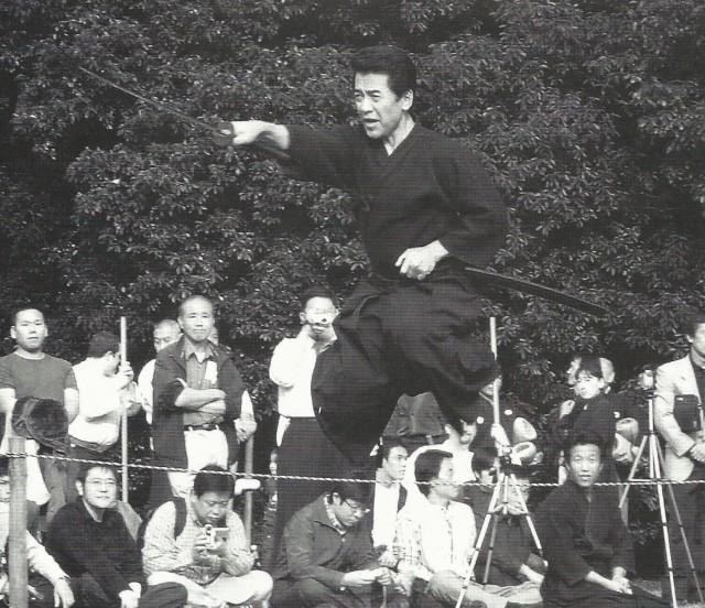 Démonstration de iaijutsu de l'école Katori shinto présentée par maître Kyoso qui montre sa capacité de sauter héritée de son père maître Otake. Cette technique présentée dans différents festivals a charmé beaucoup de spectateurs. Elle a été utilisée plusieurs fois en tant que photographie de couverture.