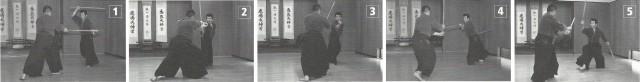 M. Kyoso démontrant des techniques de combat à deux sabres (ryoto). Le combat à deux sabres est connu par Musashi. L'école Katori shinto le pratiquait 200 ans avant. Uke attaque le côté gauche, celui du sabre le plus court, ce qui provoque une riposte des deux côtés.