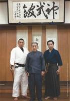 Photo souvenir de Misaki avec Otake Risuke et Otake Nobutoshi au Shinbukan dōjō.