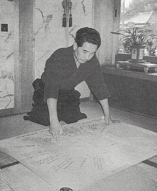 M. Otake en train de regarder une étude des directions (1987).