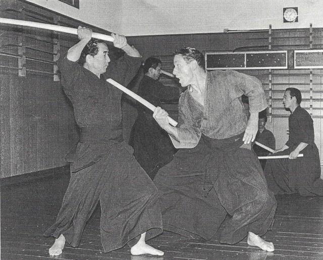 Entraînement au kodachi avec Donn Draeger en 1974.